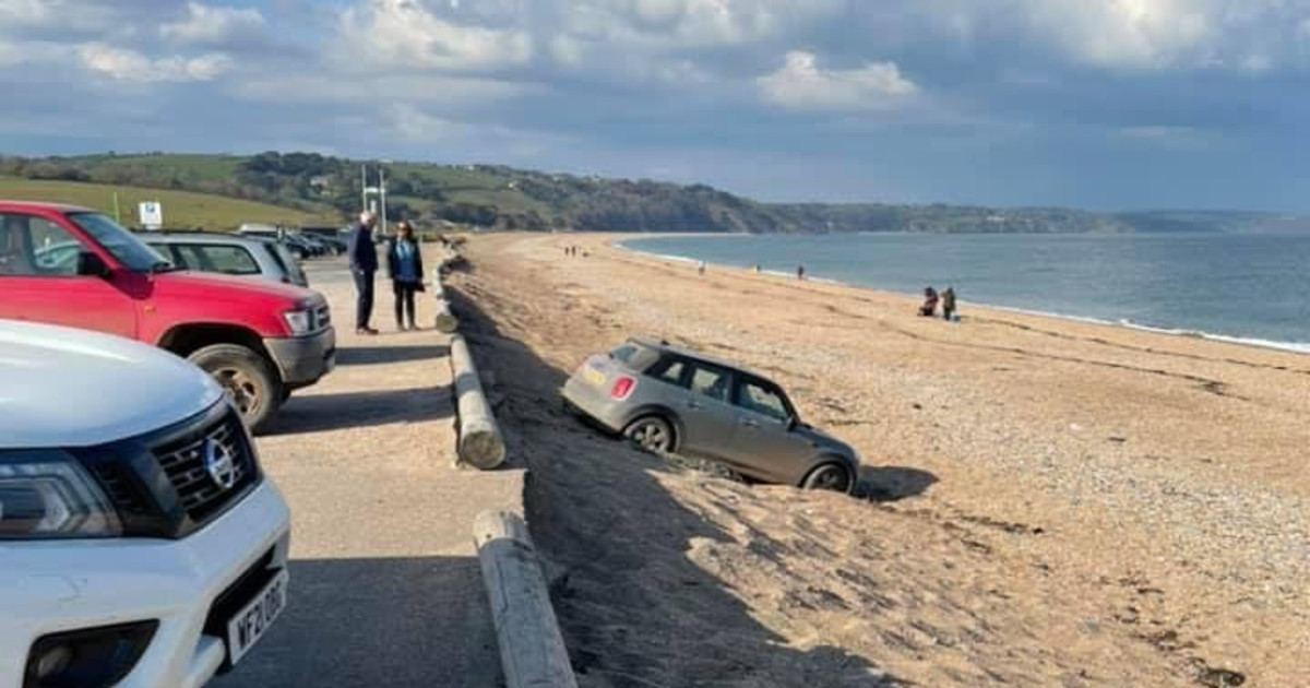 Mini ends up in deep sand, has to be pulled out by a crane