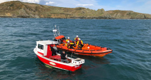 Boat towed back to Salcombe by RNLI after hitting rocks